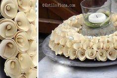 Inspiración para reciclar papel y hacer una bonita corona para decorar.   #hogar #decoración #papel #reciclaje #manualidades