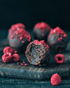Vegan Raspberry Dusted Chocolate Fudge Brownie Truffles - rich and chewy chocolate brownie filled truffles get a bright tart topping of raspberry dust! Brownies Caramel, Chocolate Fudge Brownies, Chocolate Treats, Vegan Chocolate, Chocolate Recipes, Raspberry Chocolate, Raspberry Truffle Recipe, Fudge Cake, No Bake Fudge