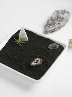 These DIY mini Zen gardens are so easy to make, are beautiful, and offer us the tranquilness of a garden space even while sitting at our desk. Small Backyard Gardens, Garden Spaces, Zen Gardens, Fun Backyard, Jardin Zen Miniature, Mini Zen Garden, Desk Zen Garden, Meditation Garden, Succulent Gardening