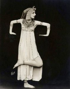 "DESIREE LUBOWSKA (aka Desiree Lubouska) was a Russian ballet dancer known for her portrayal of ""Cleopatra"" She was a member of the National American Ballet. Vintage Photographs, Vintage Photos, Antique Photos, Baile Jazz, La Danse Macabre, Ballet Russe, Russian Ballet, Learn To Dance, Ballet Costumes"