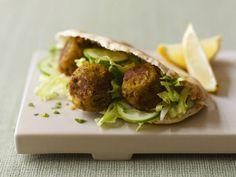 Falafel im Pitabrot ist ein Rezept mit frischen Zutaten aus der Kategorie Hülsenfrüchte. Probieren Sie dieses und weitere Rezepte von EAT SMARTER!
