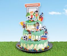 Dripcakes versier je samen met de Meesterbakker! Bij ons heb je de keuze uit 3 maten dripcake, 2 soorten vulling (M&M bavaroise en aardbeienbavaroise) en 3 kleuren drip. Naast de dripcake bieden we diverse versiersetjes, sprinkles en eetbare lijm. Hoe versier je je dripcake? Jaba, Birthday Cake, Groot, Desserts, Bavarian Cream, Seeds, Tailgate Desserts, Deserts, Birthday Cakes