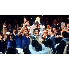 پست  وم 1982 World Cup champion: The Italian team with captain Dino Zoff holding the FIFA World Cup trophy كاپ قهرماني جام جهاني سال  در دستان كاپيتان دينو زوف ايتاليا با شكست المان غربي با نتيجه - قهرمان شدلهستان و فرانسه هم سوم و چهارم شدند #italy #dinozoff #zoff #kamyab_zoff #kamyab_italy by football.kamyab