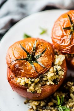 Tomato Recipes SAVE FOR LATER! Mediterranean Tomatoes Stuffed with Rice are my favorite hearty side dish recipe or healthy vegetarian main. They can be made either vegan or vegetarian and are absolutely bursting with flavor! Cena Formal, Vegan Vegetarian, Paleo, Tomato Rice, Tomato Dishes, Cooking Recipes, Healthy Recipes, Vegetarian Recipes Videos, Healthy Recipe Videos