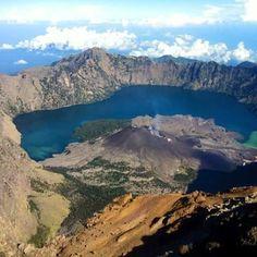 Explore and enjoy the wonderful Mt.Rinjani. -> View of the beautiful lake and baby volcano from 3726m mount rinjani summit.  #mujitrekkertrip #mujitrekker #lombokisland #trekking #hiking #backpacking #mountaineering #traveling #natgeo #mountaintrekking #camping #mountrinjani #mtrinjani #travellust #wanderer #wanderlust #backpacker #lifestyle #nature