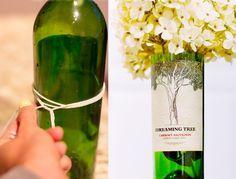 Sabe aquela garrafa linda de vinho ou de suco que dá pena de se jogar fora? Que tal reaproveitar? Cortar garrafas de vidro em casa e transformá-las em objetos de decoração é mais fácil do que se im…