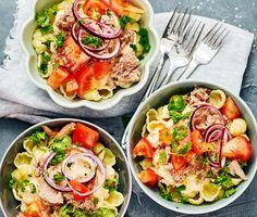 Lättlagad tonfiskpasta med tomat och majs är en hit hos både de stora och små i familjen. Blanda pastan med smetana och chilisås för en fantastisk krämighet och den perfekta hettan. Färska grönsaker som persilja och rödlök gör att rätten känns fräsch och somrig.