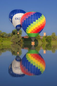 .A clear blue sky makes a big difference when it comes to balloon photography. The pictures come out so much better that way.