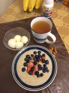Avena, fresas, blueberries, dos claras de huevo, te verde y gengibre y almendras