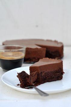 Ingrédients: Pour le biscuit: 100 g de chocolat noir 65 g de beurre 65 g de sucre 40 g de farine 1 oeuf 1 c. à café de cacao en poudre 1/2 c. à café de levure chimique Pour la mousse: 200 g de chocolat noir 150 g de beurre 5 oeufs 1 c.