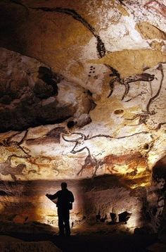 the Cave of Lascaux Hall of The Bulls, Lascaux Caves France. The five metre-long bulls, the graceful stags, the rutting bison, the very same prehistoric images discovered in 1940 that changed the history of art. Ancient Art, Ancient History, Art History, Paleolithic Art, Stonehenge, Tempera, Ancient Civilizations, Land Art, Rock Art