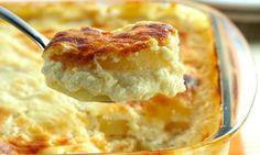 Batata ao forno    Ingredientes    . 1 kg de batata descascada e cortadas em rodelas finas  . 1 lata de creme de leite  . 1 xícara (chá) de leite  . 1 cebola picada  . 1 xícara (chá) de queijo parmesão ralado  . 1/2 xícara (chá) de queijo provolone ralado  . Sal e pimenta a gosto