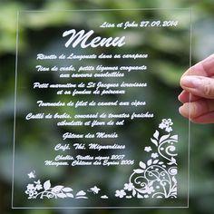 Menu carré imprimé sur du Plexiglas transparent. Choisissez la forme, l'écriture et sa couleur. #menu #plexiglas #surmesure #mariage #acrylic #weddingmenu