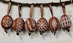 Sada 2 husacích vajíčok a 1 červené / maramanufaktura - SAShE. Egg Tree, Ukrainian Easter Eggs, Grenade, Easter Projects, Egg Decorating, Spring Crafts, Line Design, Diy Paper, Decor Crafts