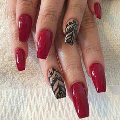 unghie rosse gel, una manicure realizzata su unghie lunghe con smalto  tendente al bordeaux e