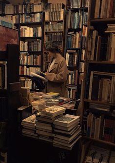 Bookshop library girl dark academia aesthetic book books reading read old vintage study Paradis Sombre, Fashion Foto, Fashion 2020, Fashion Hair, Fashion Men, Slytherin Aesthetic, Brown Aesthetic, Aesthetic Light, Aesthetic Gif
