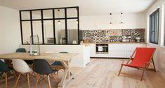 Séparée par un bar, une verrière intérieure ou une cloison coulissante, des idées déco pour une cuisine ouverte sur le salon ou la salle à manger qui vous feront craquer !