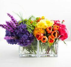 Arcobaleno sia! Semplici centrotavola nei 7 colori dell'arcobaleno. Allegri e facili da realizzare, basta scegliere i fiori giusti.  #centerpiece #wedding #matrimoniolowcost  Rainbow centerpiece
