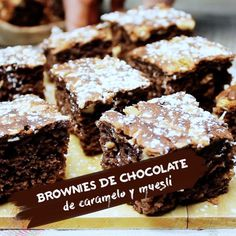 Brownies de chocolate, caramelo y muesli. Brownie Recipes, Chocolate Recipes, Cookie Recipes, Dessert Recipes, Desserts, Cheap Clean Eating, Clean Eating Snacks, Vegan Recipes Easy, Sweet Recipes