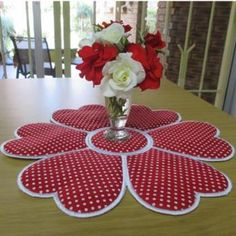 Mar Lena Embroidery Secrets Of Embroidery Heart Placemat Table Runner And Placemats, Quilted Table Runners, Valentine Crafts, Christmas Crafts, Sewing Crafts, Sewing Projects, Crochet Table Runner Pattern, Embroidery Hearts, Machine Embroidery Designs