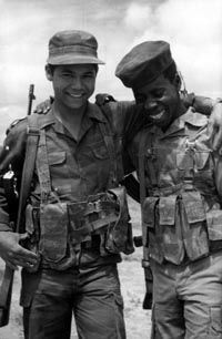 Cuban and Angolan Soldiers pose for a picture. Cubans fought very well during the Bush War in the They were a formidable enemy for the SADF 'holding the line' and saving the day in uncountable occasions for the FAPLA and SWAPO. African Origins, War Photography, Human Emotions, Modern Warfare, My Heritage, Special Forces, Cold War, World History, Military History