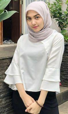 Pin Image by gatoloco Art Hijab Style Dress, Casual Hijab Outfit, Hijab Chic, Hijab Teen, Girl Hijab, Beautiful Muslim Women, Beautiful Hijab, Kebaya Dress, Muslim Beauty