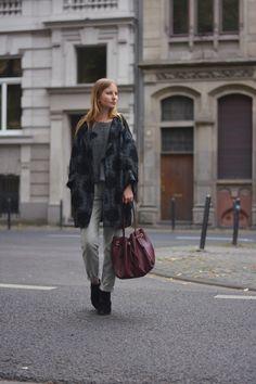 Eine Business Hose casual kombiniert mit Punkte Pullover, langer Bomberjacke und Stiefeletten. Dazu eine dunkelrote Beuteltasche. Perfekter Look für den grauen Herbst.