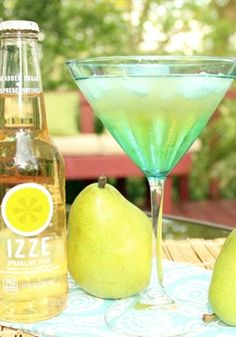 Looking for a summertime cocktail recipe that all your guests are sure to love? Whip up a batch of these @izzeofficial Iced Peartinis for your dinner party guests. They're sweet and refreshing!