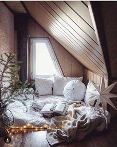 Elegant Gemütliches Dachgeschoss Mit Leseecke. Fensterbank Innen, Kinderbett,  Dachboden, Inneneinrichtung, Innenarchitektur,