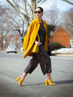 Jumpsuit With Yellow Coat And Clogs 2017 Street Style Street Look, Street Chic, Yellow Fashion, Colorful Fashion, Mode Outfits, Fashion Outfits, Womens Fashion, Look Fashion, Winter Fashion