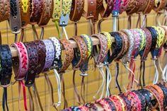 Sok különböző bőr és textil karkötők — Stock Fotó © GeniusKp #101729048
