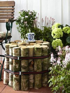 interessante dekoration für den garten - nesttisch selber bauen -blumen und eine bank - 30 kreative Ideen für selbstgemachte Gartendeko