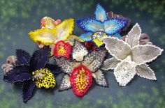 Instructions on how to make these wonderful orchids.  The page is in Russian, but Google translate does a pretty good job.  #beadweaving #flowers орхидеи из бисера