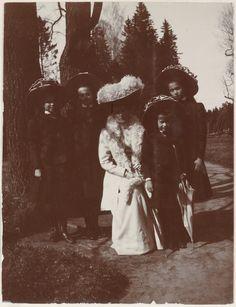 Empress Alexandra Feodorovna cercada por seus filhas as Grand Duchesses Marie Nikolaevna, Tatiana Nikolaevna, Anastasia Nikolaevna e Olga Nikolaevna, no Pavlovsk Park, em 1909.