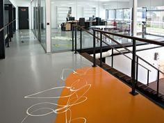 Tecno Superfici realizza in tutta Italia pavimenti in resina decorativi anche per uffici e attività commerciali, come quello in foto.