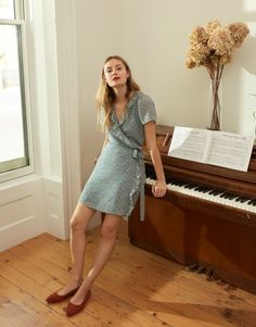 madewell silk ruffle-edge wrap dress worn with the margot slingback flat. Short Sleeve Dresses, Dresses With Sleeves, Linen Dresses, Wrap Dresses, Jeans And Vans, Best Summer Dresses, Silky Dress, French Girls, Foto Pose