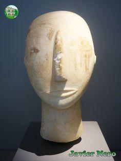 Nariz, boca y orejas esculpidas. Ojos pintados y estrías verticales rojas en la mejilla derecha. Mármol paro. Encontrado en Amorgos. Principios del período de las Cícladas II (cultura Keros-Syros) 2800-2300 a. C. M.A.N. Atenas
