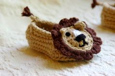 Baby Booties Crochet Pattern pdf for Baby Lion por TwoGirlsPatterns