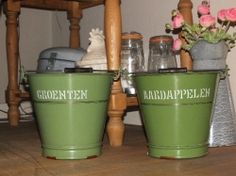 Reseda groene aardappelen en groenten emmers