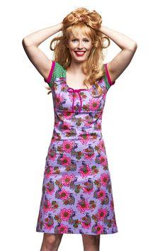 Een echte Betsy klassieker is dit jurkje. Carmenhalsjurkje met groen witte tricot polkadot pofmouwtjes. In de halslijn een roze striklintje . Met roze boordjes langs de mouwtjes.Het jurkje loopt in A lijn.  Lengte van het jurkje maat S, vanaf de schouder