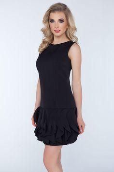 Wieczorowa sukienka z lekko elastycznej tkaniny. Dół sukienki zdobiony pionowymi falbankami.