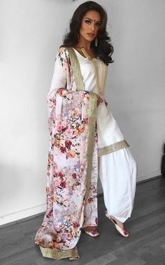 Punjabi - Fashion Show Indian Look, Dress Indian Style, Indian Fashion Dresses, Indian Designer Outfits, Punjabi Fashion, India Fashion, Bollywood Fashion, Punk Fashion, Lolita Fashion