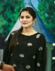 Sanam Baloch Morning Show has always managed to bag an outstanding TRP, because she always aims to energize her viewers from her appealing personality. Work Fashion, Fashion Advice, Runway Fashion, Women's Fashion, Fashion Ideas, Sanam Baloch Dresses, How To Look Better, That Look, Morning Show