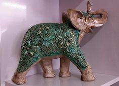 Elefantes indianos em gesso trabalhado, pintados à mão.    Dimensões:  20cm x 25cm    (Valores unitários - vendidos separadamente) Indiana, Elephant Home Decor, Dinosaur Stuffed Animal, Lion Sculpture, Statue, Elephants, Animals, Base, Elephant Decorations
