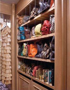 Divisórias planejadas no closet para guardar as bolsas