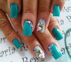 As flores desde muito tempo fazem parte da decoração das unhas. São símbolos da graça e delicadeza feminina. Flores simbolizam beleza, pureza, amor, criatividade e harmonia, e muitas outras belas palavras que podemos relacionar com as mulheres. Hoje veremos lindas fotos de unhas decoradas com flores! Como as unhas decoradas com joias de unhas, as… Teal Nail Designs, Colorful Nail Designs, Gorgeous Nails, Pretty Nails, Hair And Nails, My Nails, Teal Nails, Nagel Gel, Flower Nails