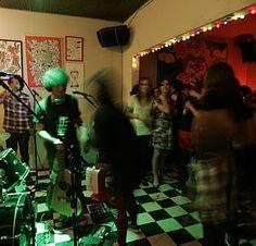 Produtores convocam bandas de rock independentes e dão um jeito nos cômodos para receber amigos, 'chegados' e até completos desconhecidos