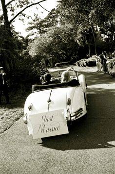 vintage just married sign #vintagecar #taraguerardsoiree #taraguerarddecor