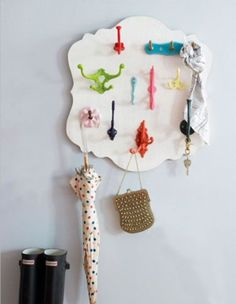 Cute and colorful DIY coat hooks. Diy Coat Hooks, Diy Hooks, Coat Hanger, Coat Racks, Diy And Crafts, Arts And Crafts, Recycled Crafts, Do It Yourself Inspiration, Ideas Prácticas