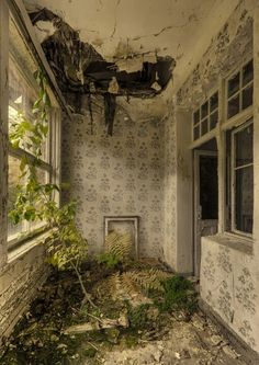 Pull Your Socks Up! Old Abandoned Houses, Abandoned Buildings, Abandoned Places, Old Houses, Wonderful Places, Beautiful Places, Life After Death, Old Room, Dreams And Nightmares